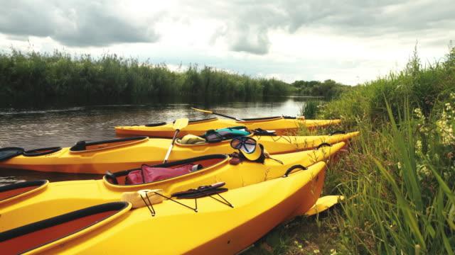 kajakfahren auf einem wilden fluss. kanus am flussufer - ruderboot stock-videos und b-roll-filmmaterial