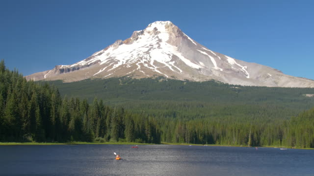 Kayaking on Trillium Lake Oregon, Snowcapped Mountain