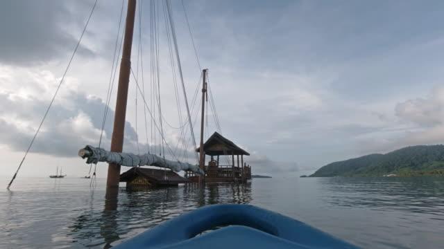 kayaking past old shipwreck at sea mv rawi warin grand - ross sea stock videos & royalty-free footage