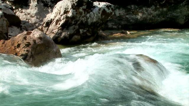 vídeos de stock, filmes e b-roll de hd: de caiaque - corredeira rio
