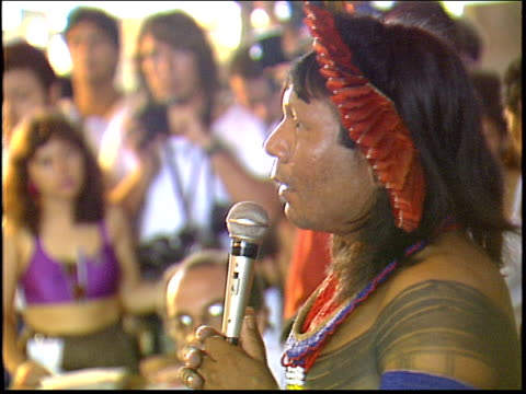 vídeos y material grabado en eventos de stock de a kayapo indian leader speaks to the gathered crowd during the altamira gathering - tribu sudamericana
