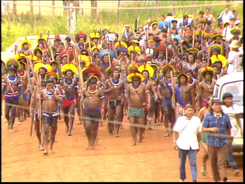 vidéos et rushes de kayapo indians march to the altamira gathering to protest environmental and political atrocities committed by the brazilian government, as well as... - amérindien