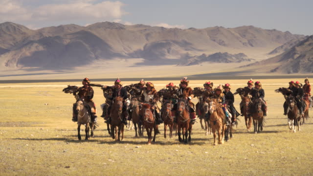 kazakh eagle hunters in mongolia at golden eagle festival - 遊牧民族点の映像素材/bロール