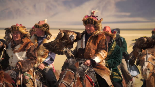 stockvideo's en b-roll-footage met kazakh eagle hunters in mongolia at golden eagle festival - recreatief paardrijden