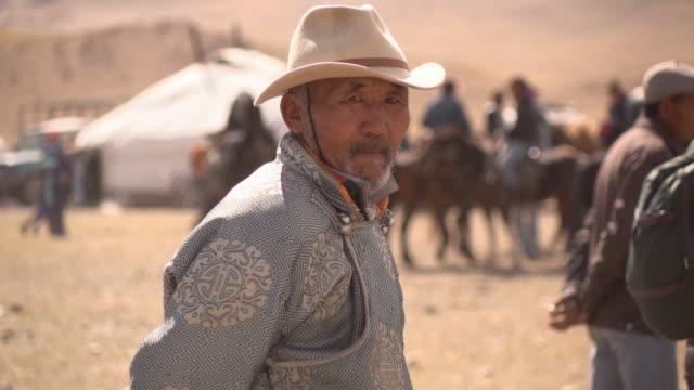 vidéos et rushes de kazakh man in mongolia watches golden eagle festival - mongolie indépendante