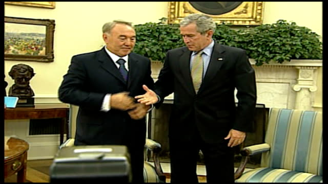 kazakhstan president visit spoof reporter 'borat' controversy usa washington white house int nursultan nazarbayev and george w bush shake hands at... - borat sagdiyev stock-videos und b-roll-filmmaterial