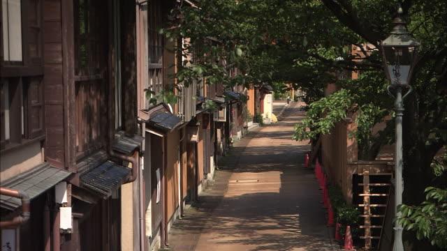 vídeos de stock e filmes b-roll de kazue-machi, traditional townscape in kanazawa, japan - bairro antigo