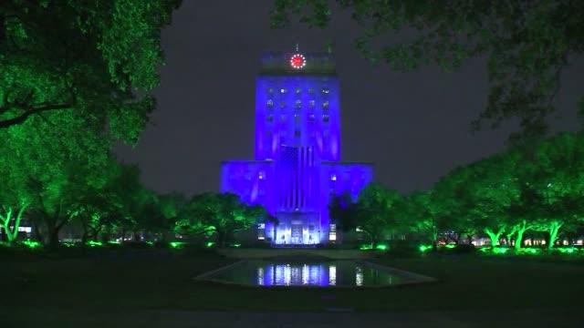 houston city hall goes blue in tribute to barbara bush. - トリビュート・イベント点の映像素材/bロール