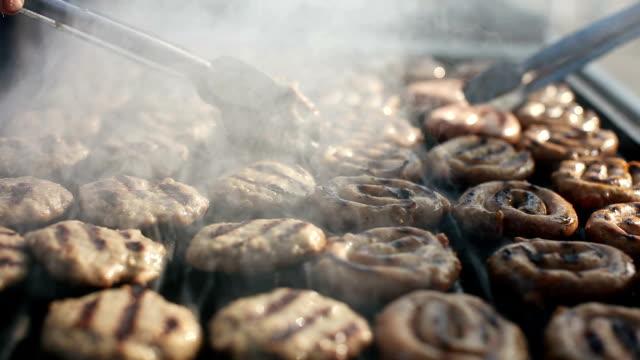 vídeos de stock e filmes b-roll de kebabce. balkan meatballs on grill - cultura da europa de leste
