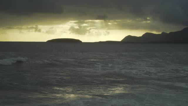 keel-bucht auf der insel achill während dem sonnenuntergang - kiel rumpf stock-videos und b-roll-filmmaterial