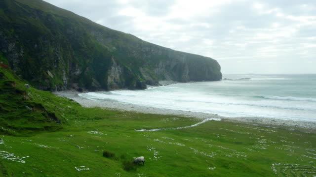 Chiglia spiaggia e Dooega testa sull'Isola Achill In Irlanda