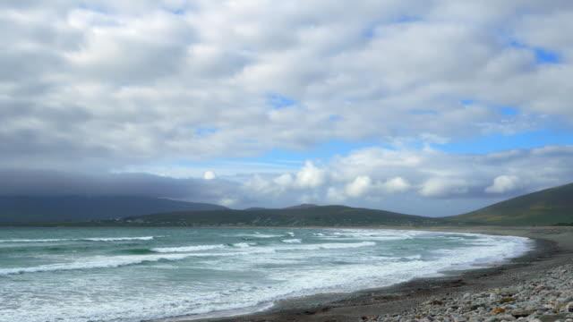 kiel-strand und dorf auf achill island aus dem osten - kiel rumpf stock-videos und b-roll-filmmaterial