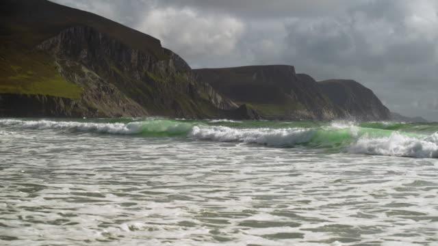 kiel-strand küste auf achill island in irland - kiel rumpf stock-videos und b-roll-filmmaterial