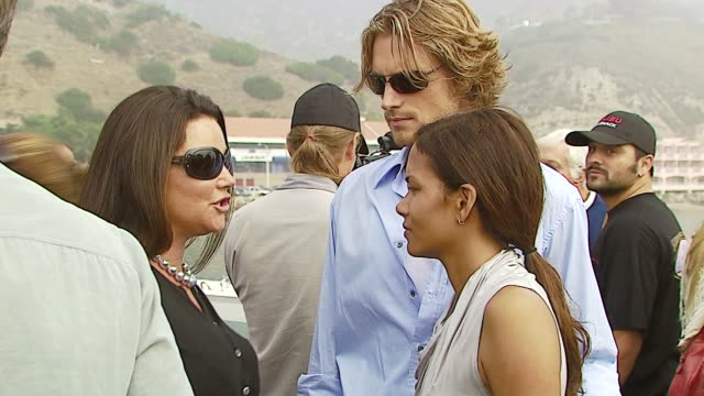 vídeos y material grabado en eventos de stock de keely shaye smith halle berry and gabriel aubry at the a day at the beach paddle out protest at malibu beach in malibu california on october 22 2006 - gabriel aubry