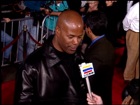 stockvideo's en b-roll-footage met keenen ivory wayans at the premiere of 'the glimmer man' at grauman's chinese theatre in hollywood california on october 3 1996 - 1996