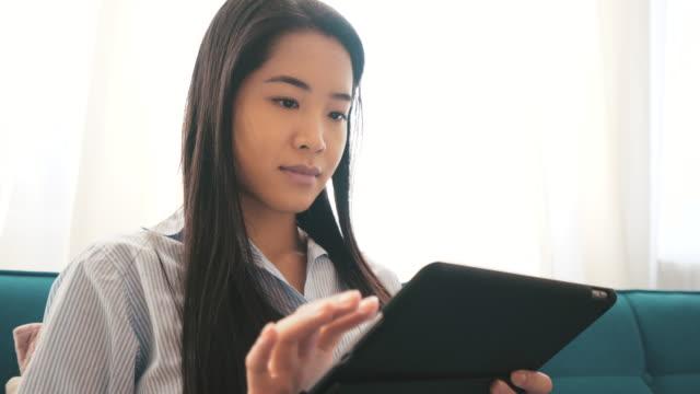 stockvideo's en b-roll-footage met ik houd mijn tablet altijd met mij. - chinese etniciteit
