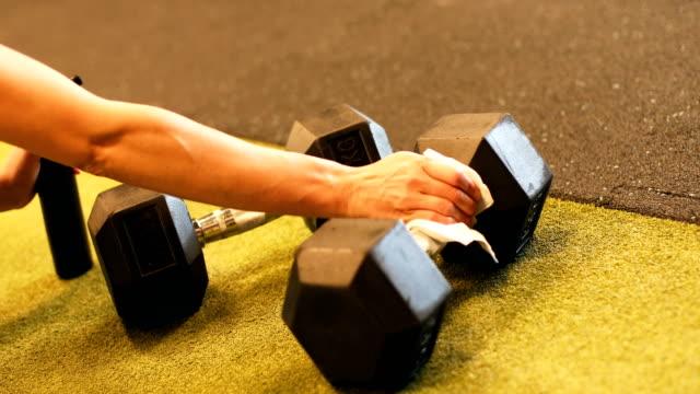 stockvideo's en b-roll-footage met houd de sportschool en de apparatuur veilig en schoon voor gebruik! - gewicht meeteenheid