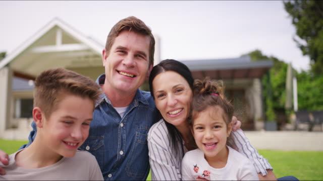 halten sie ihre familie enger - gartenanlage stock-videos und b-roll-filmmaterial
