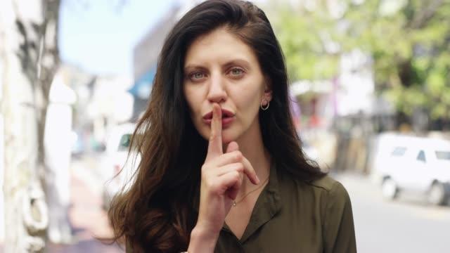 vídeos de stock, filmes e b-roll de mantenha seus lábios selados - silêncio