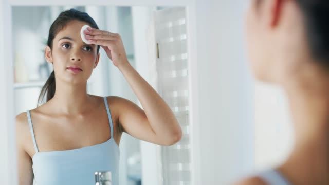 vídeos y material grabado en eventos de stock de mantén tu piel limpia - limpiador facial