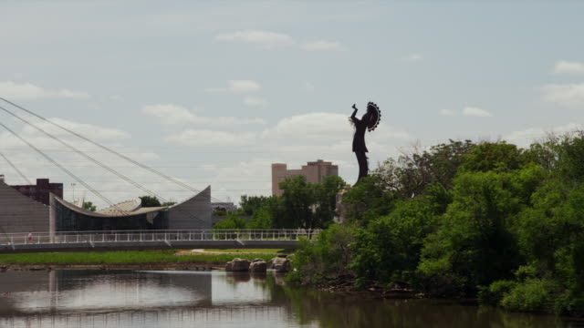 """keeper of the plains"" native american statue with river and city park - wichita stock-videos und b-roll-filmmaterial"