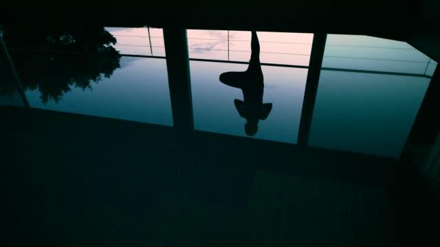 vídeos y material grabado en eventos de stock de mantener el equilibrio en la pose del árbol. mujer haciendo yoga en la piscina - vriksha asana