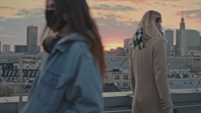 vidéos et rushes de garder la distance. vie sociale en cas de pandémie. vue sur le toit - toiture