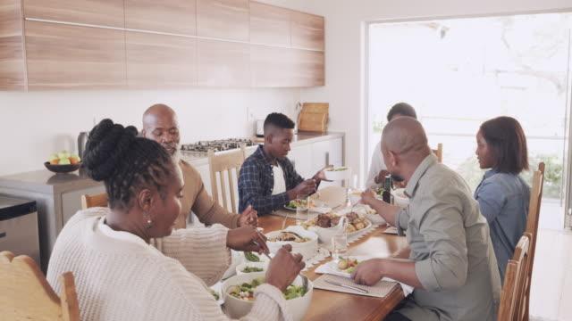 stockvideo's en b-roll-footage met het houden van de familie gezond en gevoed - eetkamer