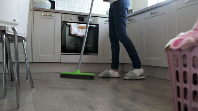 die küche sauber halten - home sweet home englische redewendung stock-videos und b-roll-filmmaterial