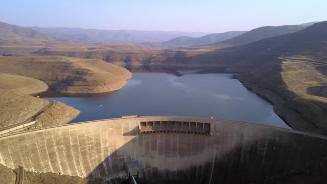 vidéos et rushes de maintenir les niveaux d'eau dans la baie - barrage