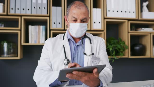 vídeos de stock, filmes e b-roll de acompanhando o avanço do mundo médico - clínica médica