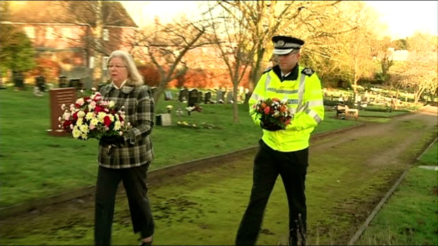 25th aniversary marked england leicestershire kegworth photography*** residents including police officer and lesley pendleton along with flowers and... - レスターシャー点の映像素材/bロール