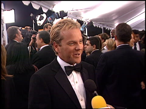 vídeos y material grabado en eventos de stock de keifer sutherland at the 2002 people's choice awards at pasadena civic auditorium in pasadena, california on january 13, 2002. - auditorio cívico de pasadena
