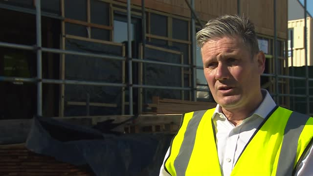 keir starmer campaigning in wales; wales: gower: int various of keir starmer mp , mark drakeford and rebecca evans touring construction site and... - politics video stock e b–roll