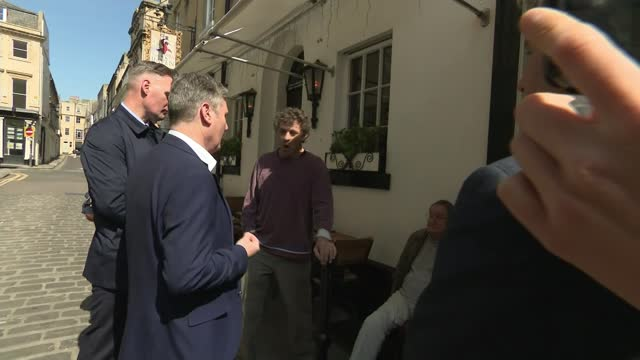 keir starmer thrown out of bath pub in lockdown row; england: somerset: bath: ext sir keir starmer mp arguing with rod humphris outside 'the raven'... - politics stock-videos und b-roll-filmmaterial