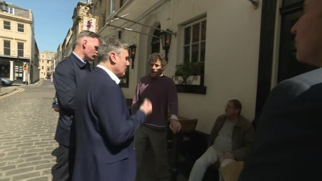 keir starmer visit to bath; england: somerset: bath: ext keir starmer mp and dan norris chatting with drinkers outside 'the raven' pub / rod humphris... - politics stock-videos und b-roll-filmmaterial
