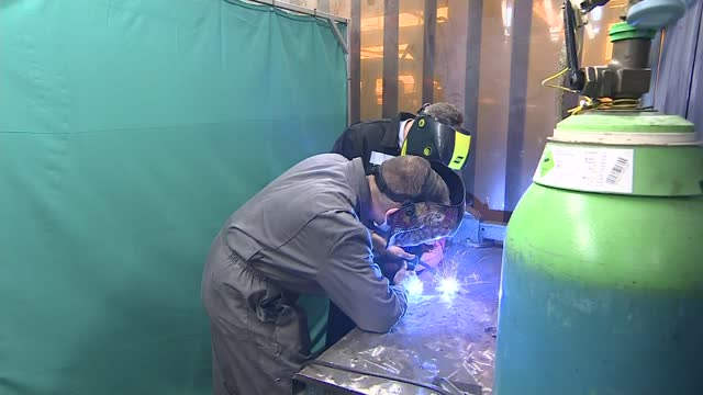 keir starmer visits sandwell college; england: west midlands: west bromwich: sandwell college: int keir starmer mp chatting with staff and... - welding stock videos & royalty-free footage