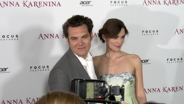 keira knightley, joe wright at anna karenina premiere presented by focus features on 11/14/12 in los angeles, ca - ジョーライト点の映像素材/bロール