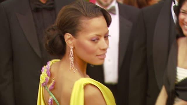vídeos de stock, filmes e b-roll de keisha whitatker at the 2007 academy awards arrivals at the kodak theatre in hollywood california on february 25 2007 - cabelo preso