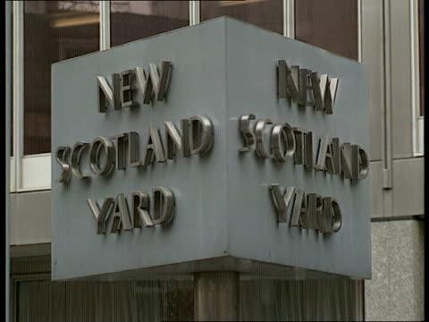 police inquiry scotland yard cms revolving sign la gv building tilt - ニュースコットランドヤード点の映像素材/bロール