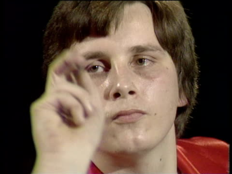vídeos de stock, filmes e b-roll de keith deller checks out on 138 in deciding set to win world darts championship against eric bristow jollees cabaret club stokeontrent 1983 - bem estar mental