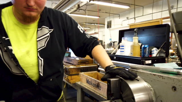 vídeos de stock e filmes b-roll de keith francis uses a lathe to work on parts at makerite manufacturing on october 07, 2019 in roscoe, illinois. makerite, a 2nd-generation... - trabalho de metal
