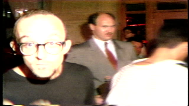 vídeos y material grabado en eventos de stock de keith haring arriving to a party in nyc - música pop