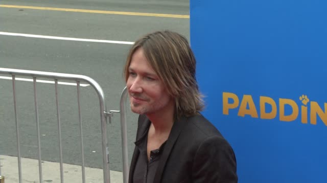 vídeos y material grabado en eventos de stock de keith urban at 'paddington' los angeles premiere at arclight cinemas cinerama dome on january 10 2015 in hollywood california - cinerama dome hollywood