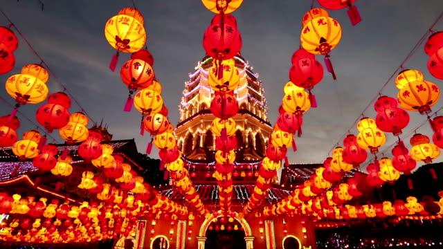 vídeos de stock, filmes e b-roll de de kek lok si ano novo chinês penang, malásia - malaysian culture