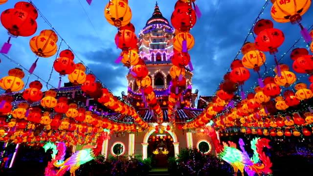 vidéos et rushes de kek lok si temple chinois nouvel an penang en malaisie - décoration de fête