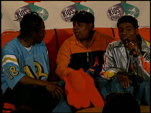 kel mitchell at the 1997 nickelodeon kids' choice awards press room at grand olympic auditorium in los angeles california on april 19 1997 - nickelodeon kid's choice awards video stock e b–roll