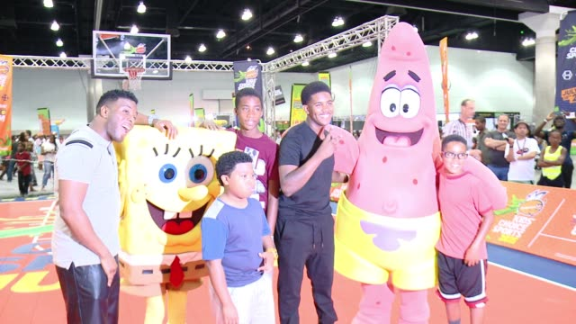 """vídeos de stock e filmes b-roll de kel mitchell, benjamin flores, jr., jonathan at nickelodeon hosts basketball tryouts for kids' choice sports 2015 """"triple shot challenge"""" in los... - nickelodeon"""