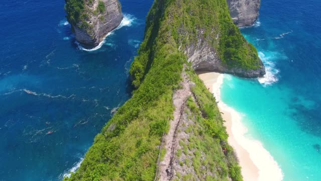 stockvideo's en b-roll-footage met kelingking luchtfoto strand, nusa penida - als in een droom