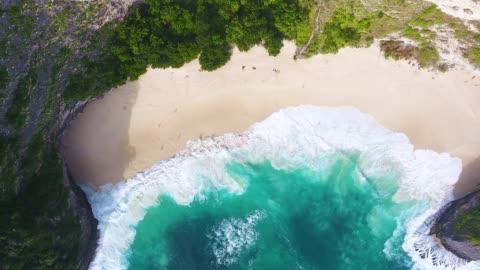 stockvideo's en b-roll-footage met kelingking luchtfoto strand, nusa penida - bali